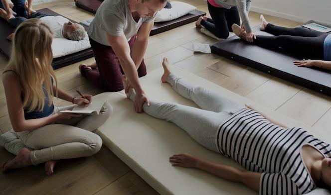 Clase de entrenamiento grupal de terapia de masaje