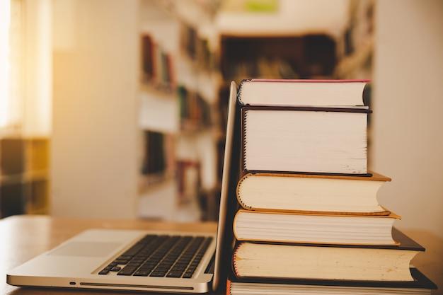 Clase de e-learning y tecnología digital de e-book en concepto de educación con computadora pc