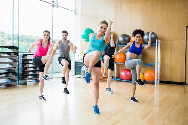 Clase de ejercicio en el estudio