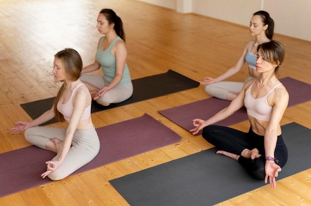 Clase de enseñanza de profesora de yoga femenina
