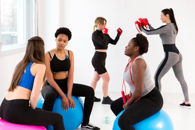Clase de fitness con diferentes ejercicios.