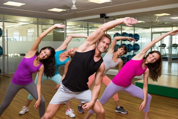 Clase de fitness dirigida por un instructor guapo