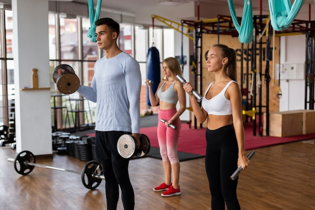 Clase de fitness masculino y femenino juntos