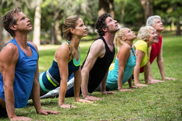 Clase de fitness practicando yoga
