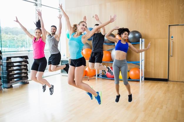 Clase de fitness saltando en el estudio