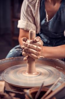 Clase magistral de modelado de arcilla en un torno de alfarero en el taller de alfarería
