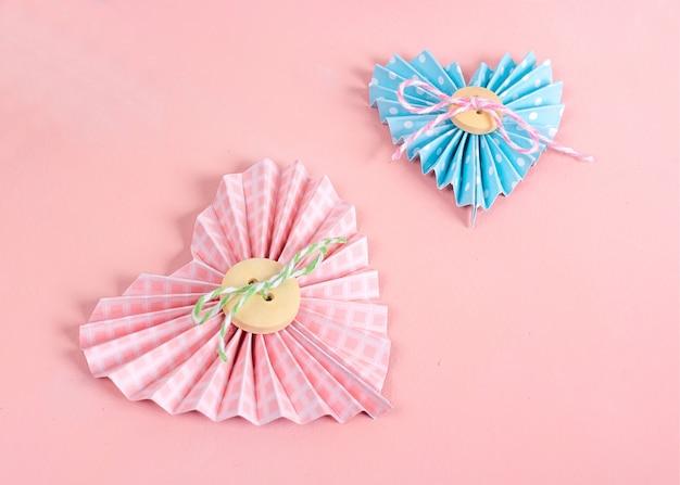 Clase magistral de scrapbooking. bricolaje hacer una tarjeta del día de san valentín con corazones de papel. el hobby de las mujeres. suministros de artesanía en la mesa.