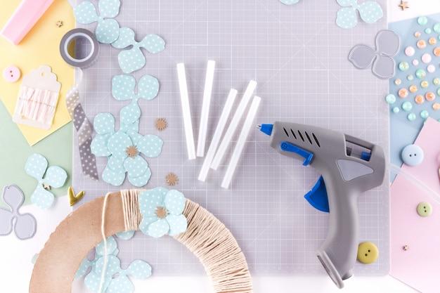 Clase magistral de scrapbooking. diy haga una decoración de primavera para una corona floral interior hecha de papel. colores pastel hobby femenino.