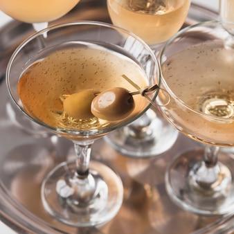 Clases de champán en primer plano con aceituna