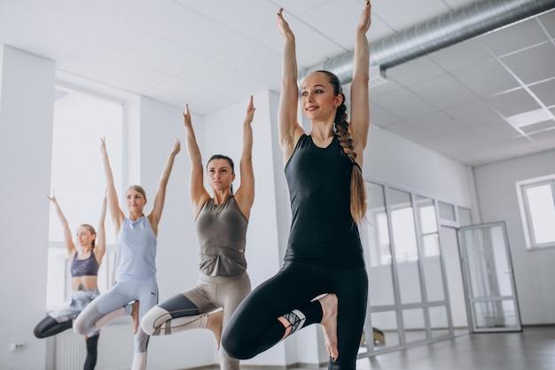 Clases grupales de yoga dentro del gimnasio.