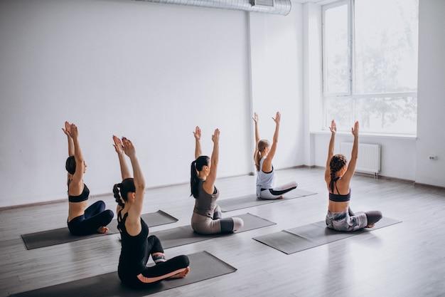 Clases grupales de yoga dentro del gimnasio