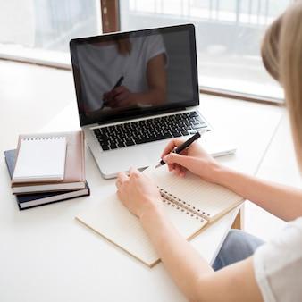 Clases en línea con estudiante en casa