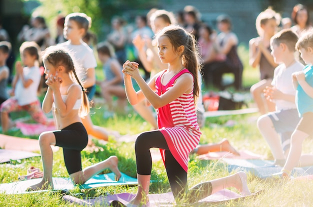 Clases de yoga al aire libre. yoga para niños,