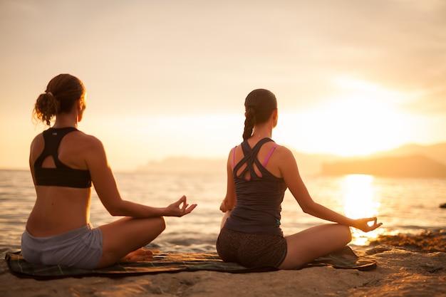 Clases de yoga al atardecer.
