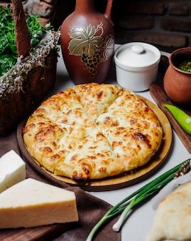 Clásica pizza margarita con parmesano derretido.