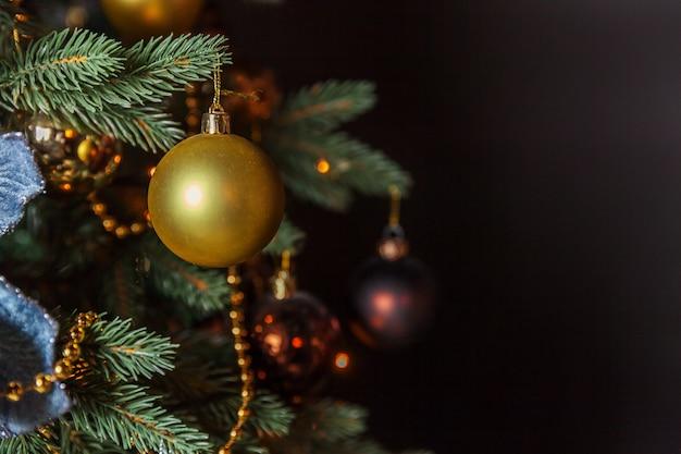 Clásico árbol de año nuevo decorado de navidad con adornos dorados y bola de juguete