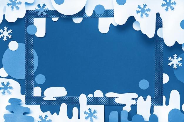 Clásico azul navidad monocromo en tonos de papel en azul y blanco, vista superior en marco rojo sobre fondo abstracto de invierno con copos de nieve