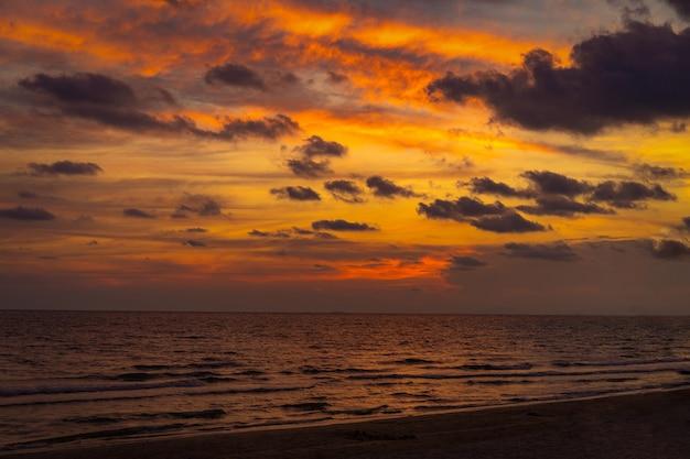 Clásico hermoso crepúsculo romántico e increíble momento de puesta de sol en la playa de chantaburi