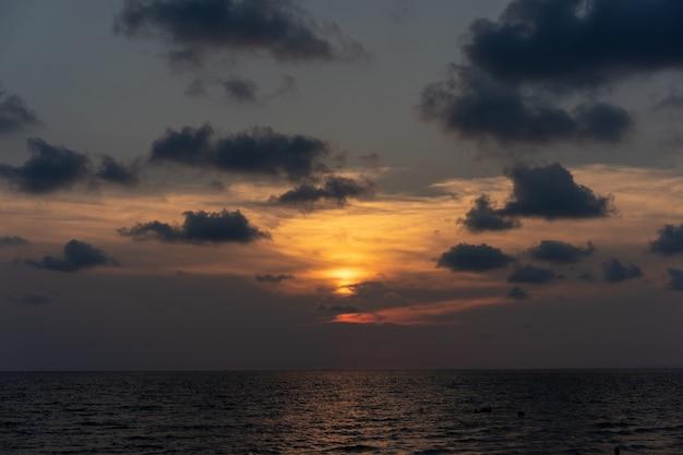 Clásico hermoso crepúsculo romántico y sorprendente momento de puesta de sol en la playa de chantaburi, al este de tailandia.