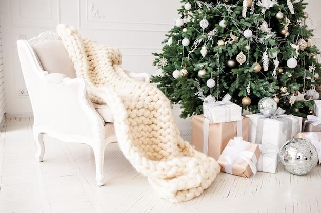 Clásico navidad año nuevo decorado habitación interior árbol de año nuevo