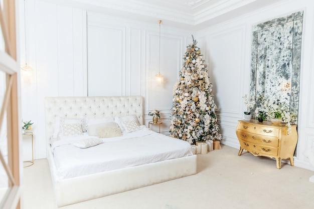 Clásico navidad año nuevo decorado interior habitación árbol de año nuevo con adornos dorados