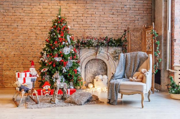 Clásico navidad año nuevo decorado interior habitación árbol de año nuevo y chimenea