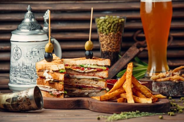 Clásico sándwich club con papas fritas