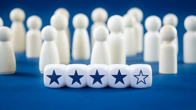 Clasificación de cuatro estrellas en cubos blancos en la imagen conceptual de comentarios en línea o concepto de revisión del cliente