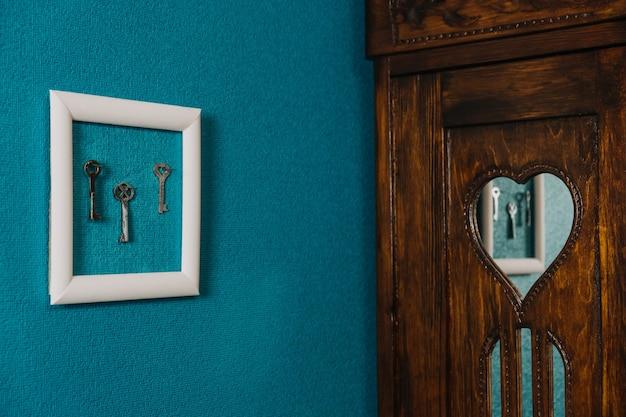 Clave en el marco en la pared azul backgroung clave de la propiedad de vivienda nueva clave para la compra de la vivienda
