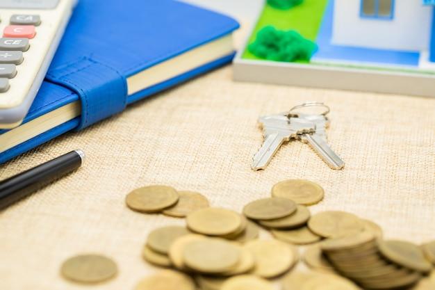 Claves y pila de dinero