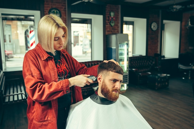 Cliente durante el afeitado de la barba en la barbería