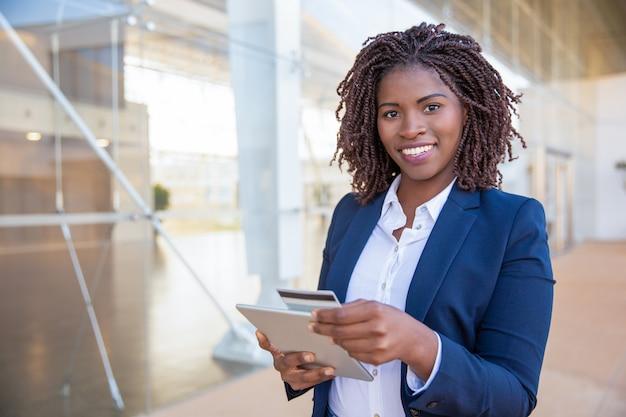 Cliente alegre feliz que paga en línea