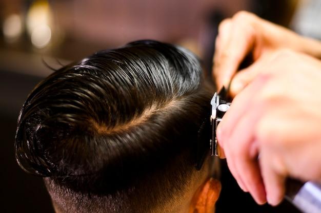 Cliente de alto ángulo en peluquería