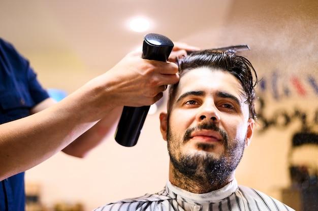 Cliente de ángulo bajo en peluquería