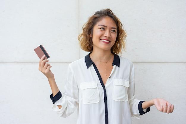 Cliente asiático alegre feliz de recibir tarjeta de crédito