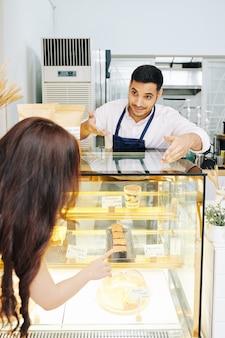 Cliente comprando pastel