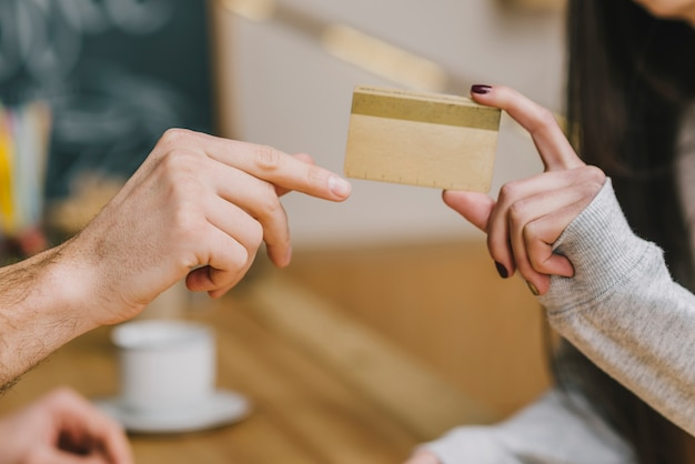 Cliente de cultivos pagando con tarjeta de crédito