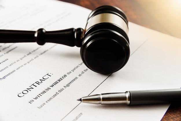 El cliente demanda a la compañía en la corte por no firmar un contrato