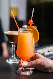 Cliente disfrutando de una bebida alcoholica