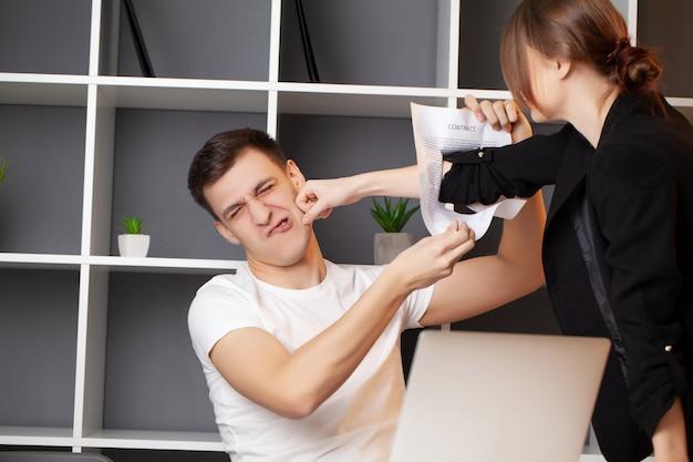 El cliente enojado tiene un conflicto con el gerente de la empresa.