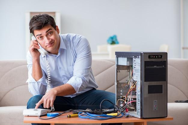 Cliente enojado tratando de reparar la computadora con soporte telefónico