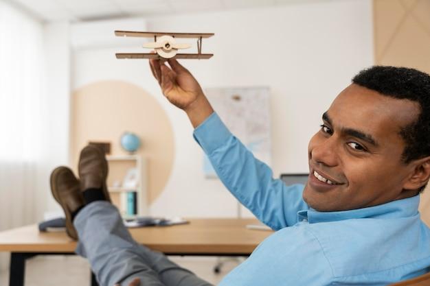 Cliente esperando la planificación del viaje de su agente de viajes