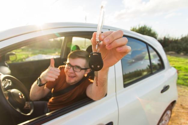 Cliente feliz acaba de comprar un automóvil en un concesionario de automóviles.