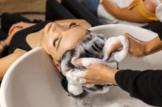 Cliente feliz en el cuidado del cabello salón de cabello limpio.