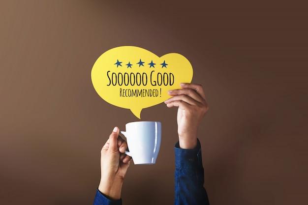 Cliente feliz dando una calificación de cinco estrellas y una crítica positiva en una burbuja de diálogo con una taza de café