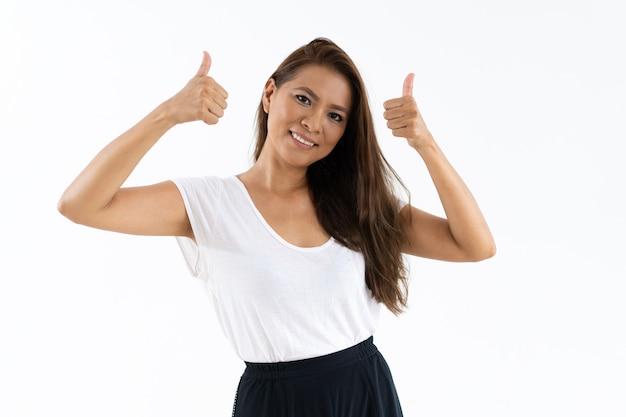 Cliente femenino alegre que aprueba producto o tienda