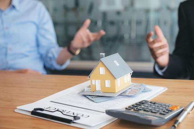 Cliente firma contrato para una nueva casa.