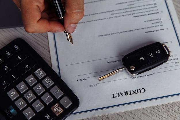 Cliente firma formulario de arrendamiento de coche