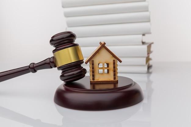 El cliente firma un préstamo hipotecario o un documento de divorcio con un agente de bienes raíces o un abogado.