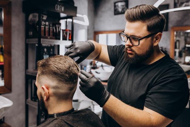 Cliente haciendo corte de pelo en un salón de peluquería